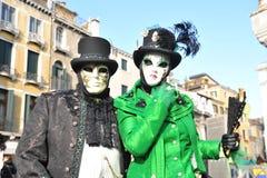 Folk i lyxig dräkt på Venedig, Italien Februari ` 13 Arkivbilder
