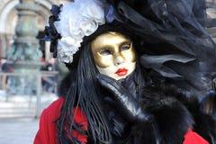 Folk i lyxig dräkt på Venedig, Italien Februari ` 13 Royaltyfri Foto