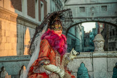 Folk i maskeringar och dräkter på Venetian karneval-Venedig 06 02 2016 Arkivfoto