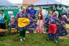 Folk i medborgaredräkter på mitten av Tatar kultur royaltyfri bild