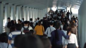 Folk i metropolisen, fullsatt gata på sommararbetsdagen stock video