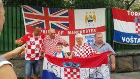 Folk i nationella kläder för fotbolllag arkivfilmer
