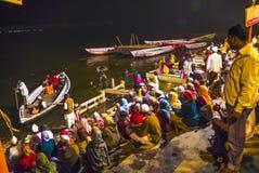 Folk i natten i Varanasi Arkivfoto