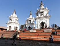 Folk i Pashupatinath, Hinduist tempel i Katmandu Arkivfoto