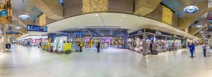 Folk i passagerarterminalen av Cologne Bonn den internationella flygplatsen Arkivfoton