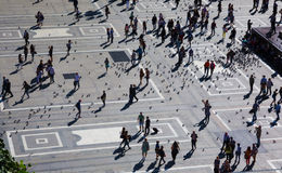 Folk i Piazza del Duomo, Milan Royaltyfri Foto
