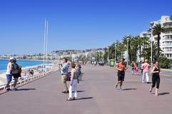 Folk i Promenade des Anglais i Nice, Frankrike Royaltyfri Fotografi