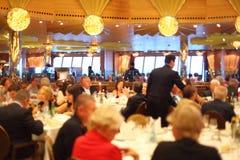 Folk i restaurang royaltyfria foton