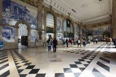 Folk i Sao Bento Railway Station i Porto, Portugal fotografering för bildbyråer