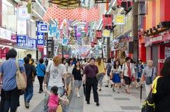 Folk i Sapporo Arkivfoton