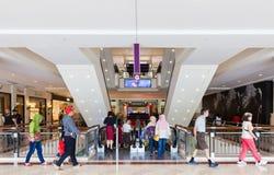 Folk i shoppinggallerien Arkivfoto