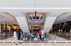 Folk i shoppinggallerien Fotografering för Bildbyråer