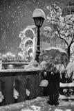 Folk i snöig vinter Royaltyfri Foto