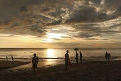 Folk i solnedgången på Koh Lanta, Thailand Fotografering för Bildbyråer