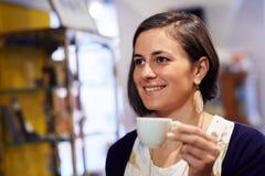 Folk i stång med kvinnan som dricker espressokaffe Arkivfoton