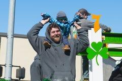 Folk i St Patrick ' s-dagen ståtar Boston, USA Arkivbilder