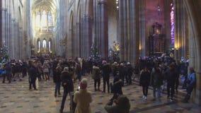 Folk i St Vitus Cathedral i Hradcany, Prague lager videofilmer