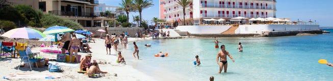 Folk i strand för Es Trenc med det vita sand- och turkoshavet Arkivfoto