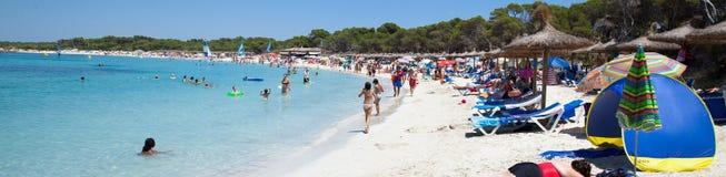 Folk i strand för Es Trenc med det vita sand- och turkoshavet Arkivbilder