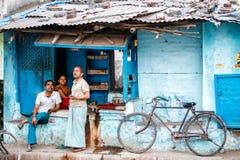 Folk i streetsofen Varanasi royaltyfri fotografi