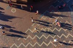 Folk i Sydney som går på den runda kajen Arkivbilder