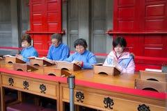 Folk i tempel Arkivfoto