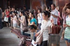 Folk i tempel Fotografering för Bildbyråer