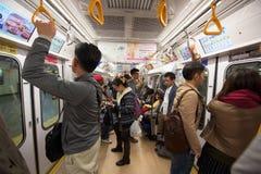 folk i Tokyo tunnelbanapasserande Royaltyfri Bild