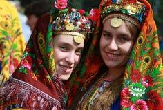 Folk i traditionell folk dräkt av den nationella folkloremässan i Koprivshtica Royaltyfri Fotografi