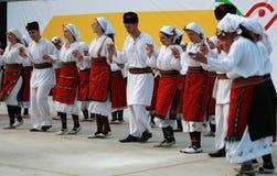 Folk i traditionell folk dräkt av den nationella folkloremässan i Koprivshtica Royaltyfri Bild