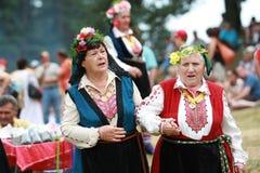 Folk i traditionell folk dräkt av den nationella folkloremässan i Koprivshtica Royaltyfria Foton