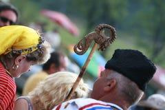 Folk i traditionell folk dräkt av den nationella folkloremässan i Koprivshtica Arkivfoto
