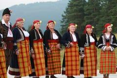 Folk i traditionell folk dräkt av den nationella folkloremässan i Koprivshtica Royaltyfri Foto