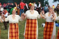 Folk i traditionell folk dräkt av den nationella folkloremässan i Koprivshtica Arkivbilder