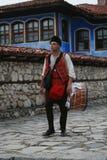 Folk i traditionell folk dräkt av den nationella folkloremässan i Koprivshtica Arkivfoton