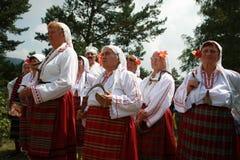 Folk i traditionell folk dräkt av den nationella folkloremässan i Koprivshtica Royaltyfria Bilder