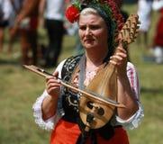 Folk i traditionell folk dräkt av den nationella folkloremässan i Koprivshtica Arkivbild