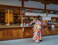 Folk i traditionell klänningkimono royaltyfri fotografi