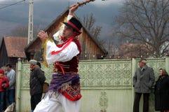 Folk i traditionella dräkter som firar vinterkarnevalet Fotografering för Bildbyråer