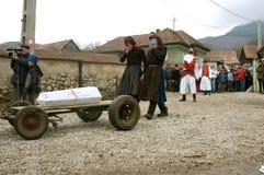 Folk i traditionella dräkter som firar vinterkarnevalet Royaltyfri Fotografi