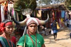 Folk, i traditionella Indien stam- klänningar och att tycka om mässan Royaltyfri Foto