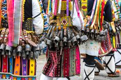 Folk i traditionella karnevalkukerdräkter på den Kukeri festivalkukerlandiaen Yambol, Bulgarien Arkivfoto