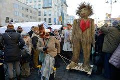 Folk i traditionella maskeringar Arkivbild