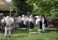 Folk i traditionella rumänska dräkter Fotografering för Bildbyråer