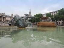 Folk i Trafalgar Square i London Arkivfoton