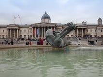Folk i Trafalgar Square i London Royaltyfri Foto