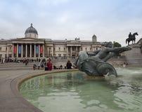 Folk i Trafalgar Square i London Arkivbilder