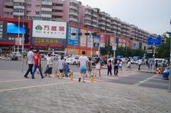 Folk i trafikzebramarkering linje Royaltyfri Bild