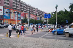 Folk i trafikzebramarkering linje Arkivbild