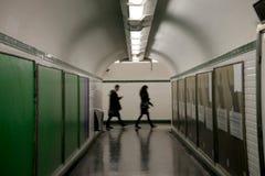 Folk i underjordisk tunnel för gångtunnel i Paris royaltyfri foto